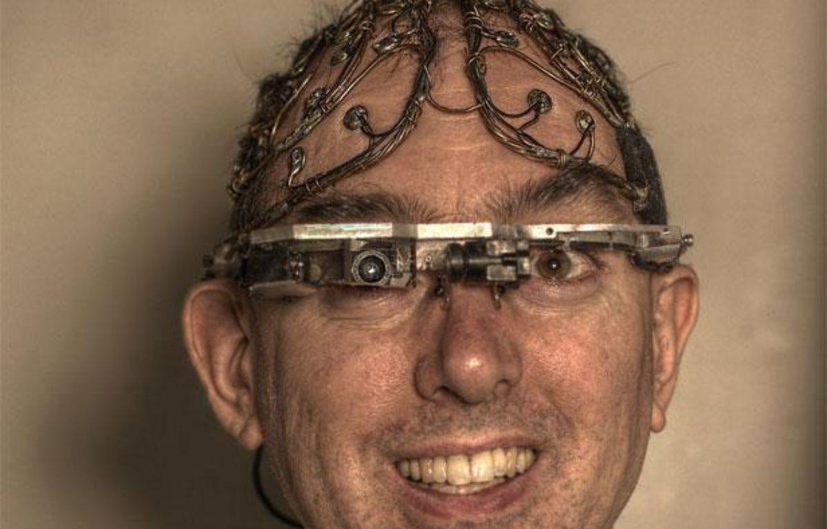 Steve Mann présente plusieurs de ses inventions, dont des lunettes à réalité augmentée. – STEVE MANN