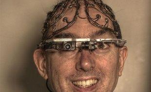 Steve Mann présente plusieurs de ses inventions, dont des lunettes à réalité augmentée.