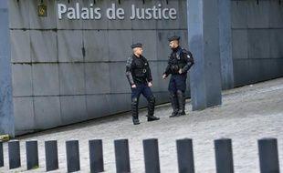 Deux policiers devant le palais de justice de Nantes, le 23 février 2016