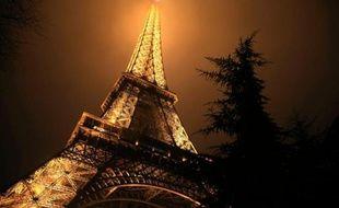 La tour Eiffel dans un brouillard nocturne, le 28 février 2013