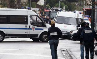 Les forces de l'ordre ont abattu Mohammed Mourah après de longues heures d'attente. Des personnalités comme le Ministre Guéant et le Procureur de Paris se sont félicités de la fin de cette traque. 22/03/12 Toulouse