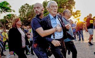 Yiannis Boutaris, maire de Thessalonique, a été agressé samedi 19 mai par de présumés extrémistes de droite.