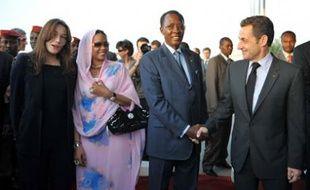 Nicolas Sarkozy, Carla Bruni-Sarkozy, sont accueillis par le président Idriss Déby et son épouse Hinda, à leur arrivée au Tchad, le 27 février 2008.
