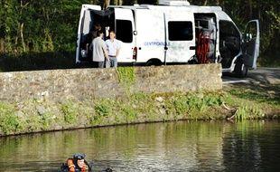 Un plongeur de la gendarmerie sonde l'étang de Briord, à Port-Saint-Père (Loire-Atlantique), où un tronc humain – probablement celui de Laëtita Perrais - été retrouvé le 9 avril 2011.