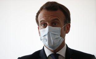 Emmanuel Macron porte un masque lors d'une visite d'une maison de santé à Pantin, le 7 avril.