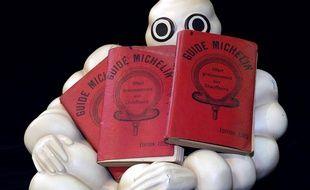 Illustration: Trois Guides Rouges datés de 1900 destinés aux enchères de la 4e convention des collectionneurs Michelin, les 18 et 19 juillet 2003 à Clermont-Ferrand.