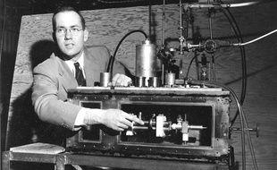 Charles Townes devant un maser, en 1955, qui précède le laser.