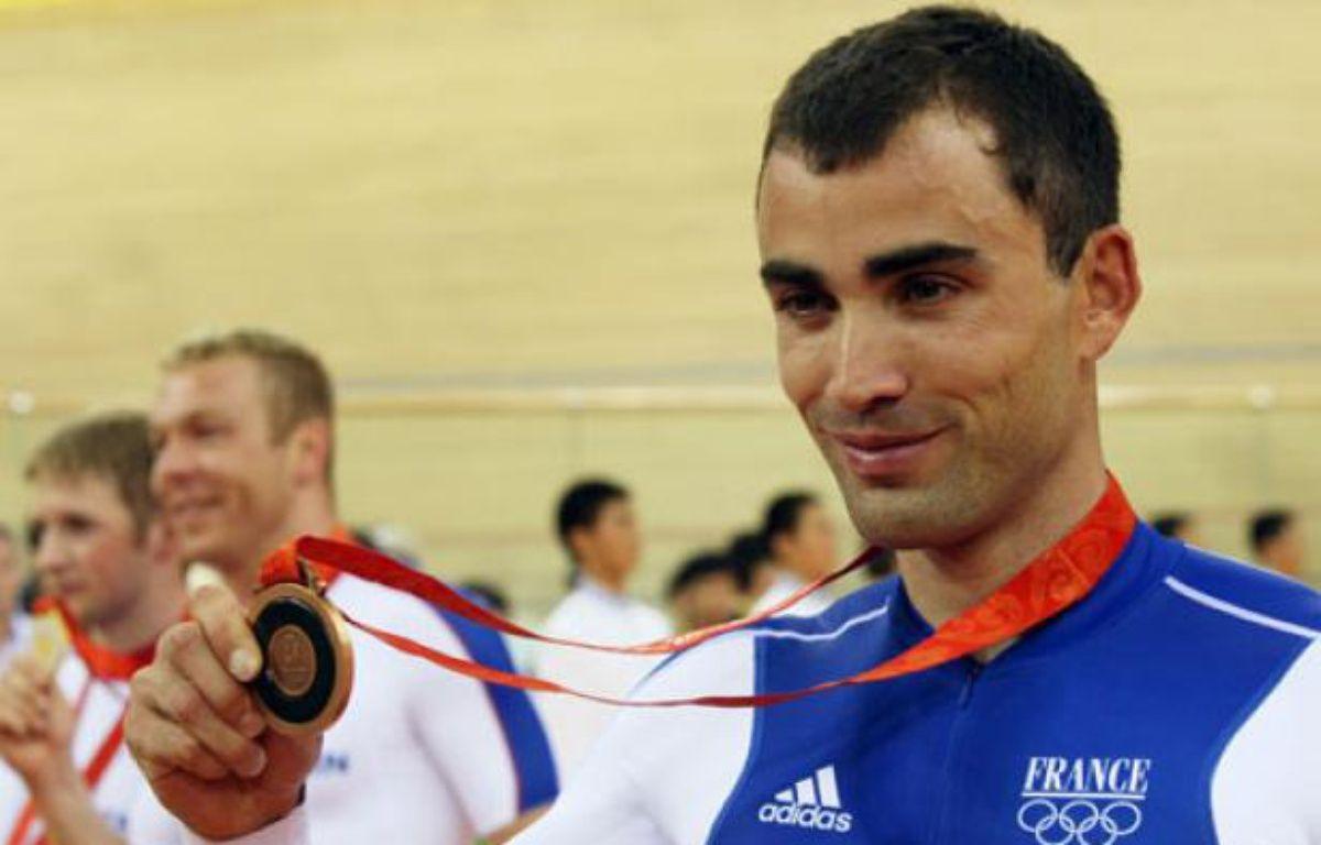 Le pistard français, Michael Bourgain reçoit sa médaille de bronze lors des JO de Pékin, le 19 août 2008. – C. De Souza / AFP