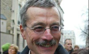 L'enquête sur le corbeau qui a faussement accusé des personnalités, dont Nicolas Sarkozy, d'avoir des comptes occultes à l'étranger, via la société Clearstream, a connu jeudi un développement spectaculaire avec des perquisitions à EADS et chez un ex-patron du renseignement français.