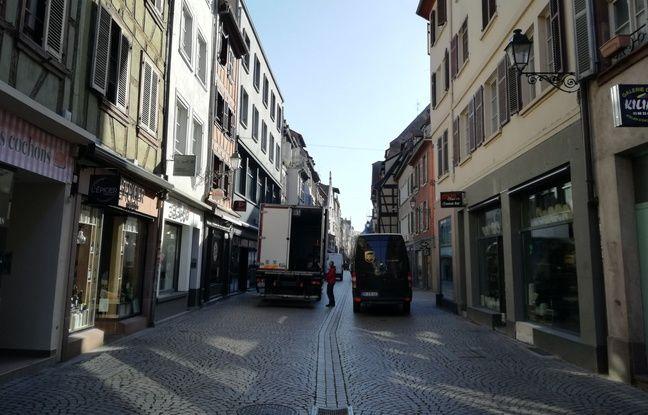 Se déplacer à pied ou à vélo dans le centre-ville de Strasbourg nécessite souvent de se faufiler au milieu des camions le matin.