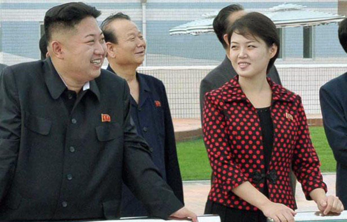 Le leader nord-coréen Kim Jong-Un et sa femme, Ri Sol-ju, lors d'une visite à  Pyongyang le 25 juillet 2012.  – REUTERS/KCNA