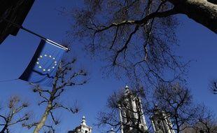Un drapeau européen devant les bureaux de l'Union européenne à Londres.