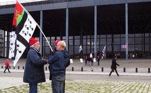 Des militants bretons membres du mouvement Bonnets rouges se sont rassemblés le 27 janvier devant le palais de justice de Nantes