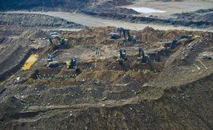 Des bulldozers et des mineurs à la mine de Jade de Hpakant, dans l'Etat de Kachin, le 4 octobre 2015 en Birmanie