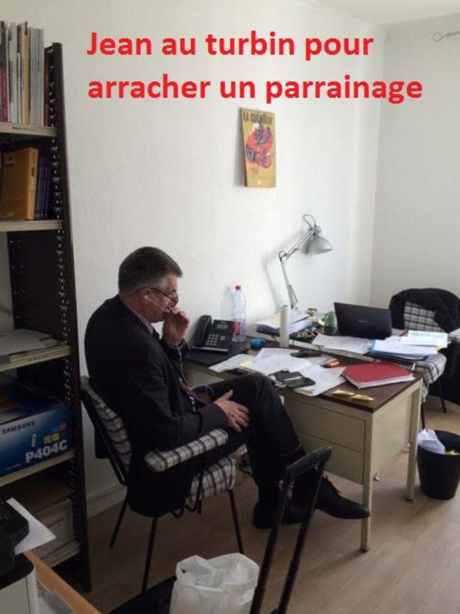 Jean Lassalle au téléphone avec un élu, le 13 mars 2017.