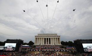Des avions de la Navy volent au-dessus de Donald Trump et du Lincoln Memorial, pour la fête nationale américaine, le 4 juillet 2019.