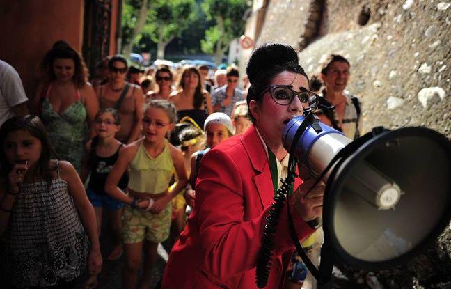 Costume ajusté, le clown Mazarine parcourt les rues des villages en quête de sujets politiques.
