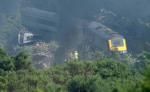 Les services de secours écossais sur les lieux du déraillement d'un train près de Stonehaven, le 12 août  2020.