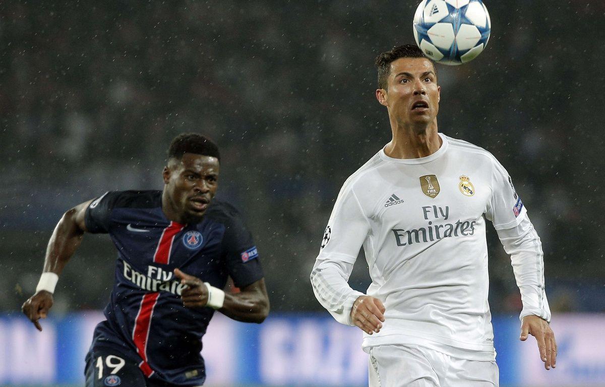 Cristiano Ronaldo face à Serge Aurier lors du match de Ligue des champions entre le PSG et le Real Madrid, le 21 octobre 2015. – T.CAMUS/AP/SIPA