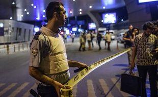 Un policier turc met en place une zone de sécurité à l'aéroport Atatürk, le  mardi 28 juin.