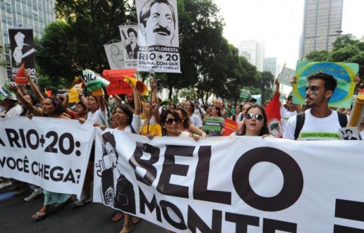 """Des milliers de femmes de trente mouvements sociaux et paysans ont défilé lundi matin dans le coeur financier de Rio contre """"l'économie verte"""" prônée au sommet de l'ONU sur le développement durable Rio+20 qui réunira une centaine de chefs d'Etat et de gouvernement de mercredi à vendredi. – Antonio Scorza afp.com"""
