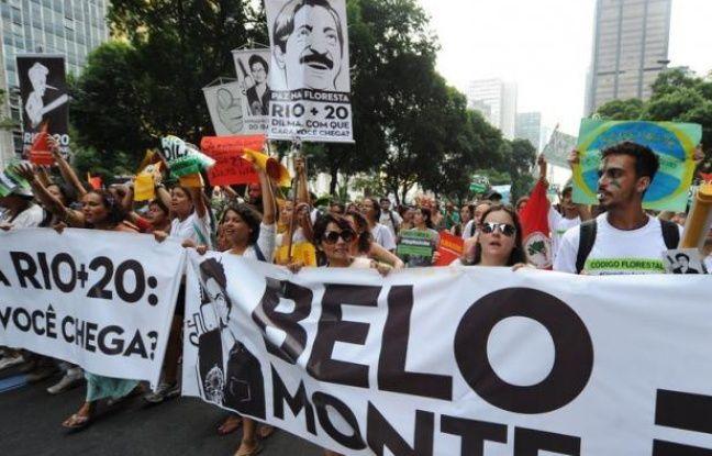 """Des milliers de femmes de trente mouvements sociaux et paysans ont défilé lundi matin dans le coeur financier de Rio contre """"l'économie verte"""" prônée au sommet de l'ONU sur le développement durable Rio+20 qui réunira une centaine de chefs d'Etat et de gouvernement de mercredi à vendredi."""