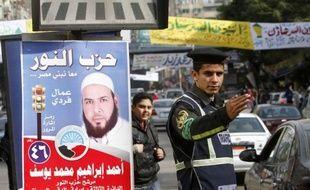 Les islamistes égyptiens, qui ont largement dominé le début des législatives, comptent sur une nouvelle phase du vote, qui débute mercredi, pour consolider leur avance dans cette première élection depuis la chute de Hosni Moubarak en février.
