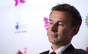 La pression montait samedi autour du ministre de la Culture britannique Jeremy Hunt, après de nouvelles révélations sur ses liens avec le groupe Murdoch, après l'audition jeudi de la numéro 2 du groupe au Royaume-Uni Rebekah Brooks