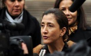 L'ex-otage franco-colombienne Ingrid Betancourt a appelé samedi soir les guérilleros des Farc à déserter avec leurs otages, dans un message téléphonique depuis Paris diffusé à Bogota où les familles des otages avaient organisé une veillée sur la place centrale.