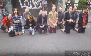 Douze personnes prient agenouillés dans la rue devant l'église Sainte-Rita (15e).