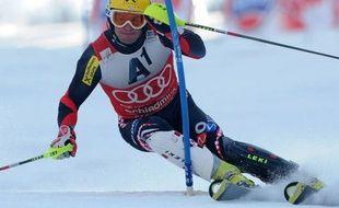 Le Croate Ivica Kostelic a chuté et l'Autrichien Marcel Hirscher a enfourché en 1re manche du dernier slalom de la saison dimanche à Schladming, offrant une chance inespérée au Suédois Andre Myhrer d'enlever la Coupe du monde de la spécialité en cas de 1re ou 2e place