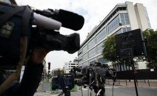 Des journalistes le 1er juin 2014 devant le siège de la DCRI à Levallois-Perret