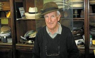Guy, le patron de la chapellerie «Alfred» à Montpellier, n'a jamais quitté son magasin.