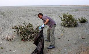 Nicolas Hulot, envoyé spécial du président de la République pour la protection de la planète, le 27 avril 2014 sur une plage de Koweït City