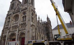 Une grue de 90 m de haut intervient sur le chantier de la basilique Saint-Donatien.