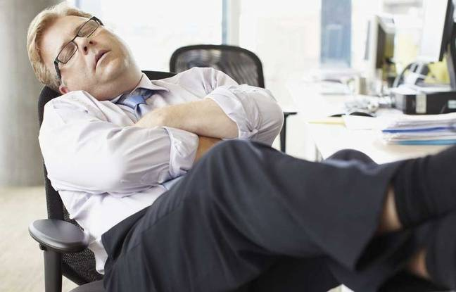 Un homme endormi à son bureau. Illustration