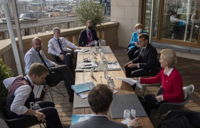 La réunion de plusieurs dirigeants européens à Bruxelles, le 18 juillet 2020.
