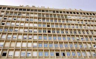 Un garçon de 18 ans a été poignardé dimanche à l'aube dans le centre-ville de Marseille par trois ou quatre jeunes hommes qui se sont ensuite attaqués à un infirmier des urgences, a-t-on appris de source policière.