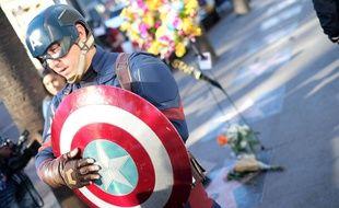 Un homme, déguisé en Captain America, rend hommage à Stan Lee près de son étoile sur Hollywood Boulevard, le 12 novembre 2018.