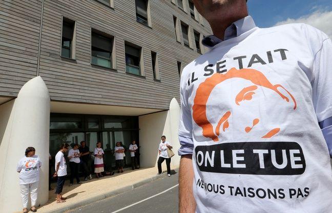 Reims, le 23 juillet 2015. Un soutien des parents de Vincent Lambert manifestent contre l'arrêt des traitements.