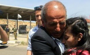 La jeune Palestinienne Dima al-Wawi retrouve son père lors de sa libération à un check-point à Tulkarem, en Territoires palestiniens, le 24 avril 2016