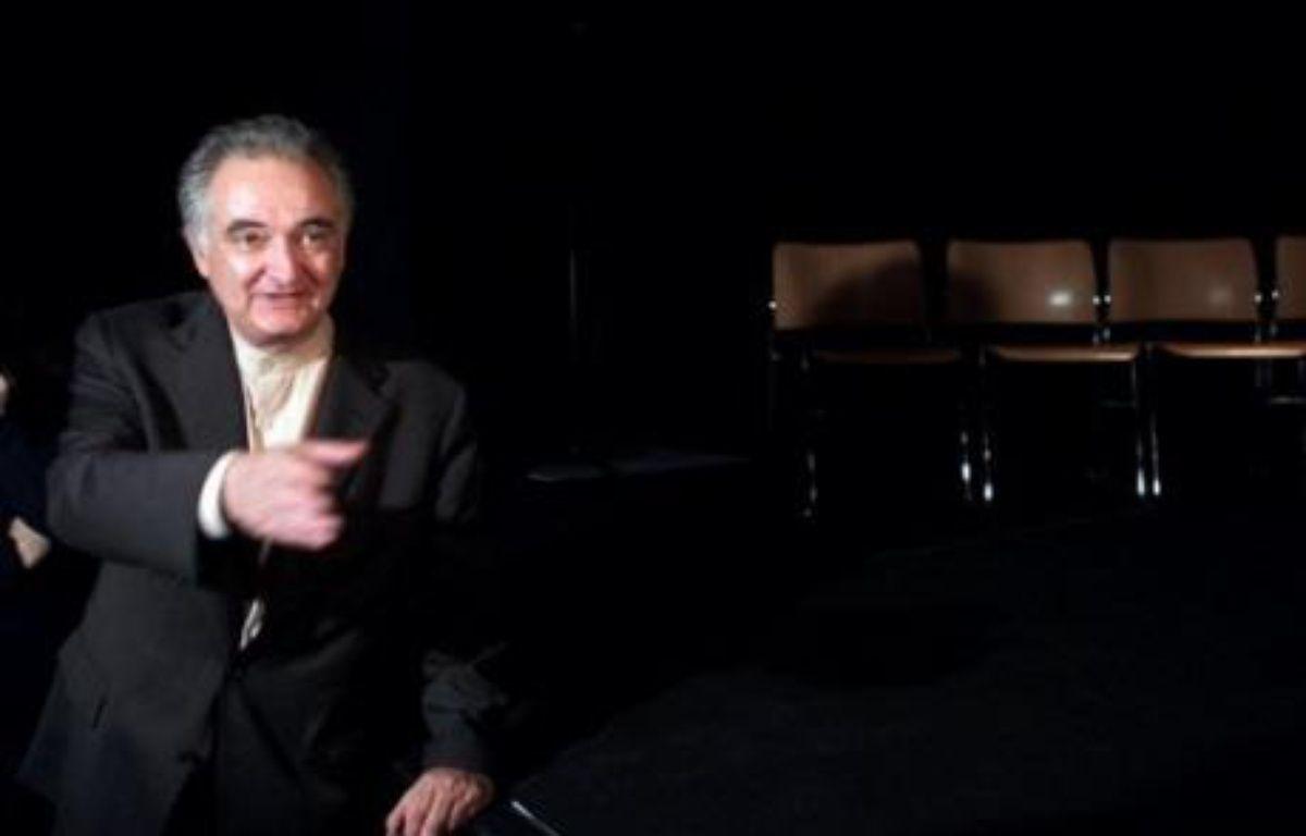 Jacques Attali a remis mercredi son rapport sur la libération de la croissance à Nicolas Sarkozy, qui s'est montré d'accord sur l'essentiel de ses propositions, sauf sur la réforme du principe de précaution et la suppression des départements. – Jacques Demarthon AFP