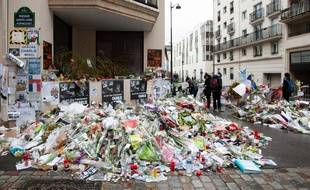 Des fleurs devant les locaux de Charlie Hebdo en janvier 2015 après les attaques terroristes qui ont frappé plusieurs endroits à Paris.