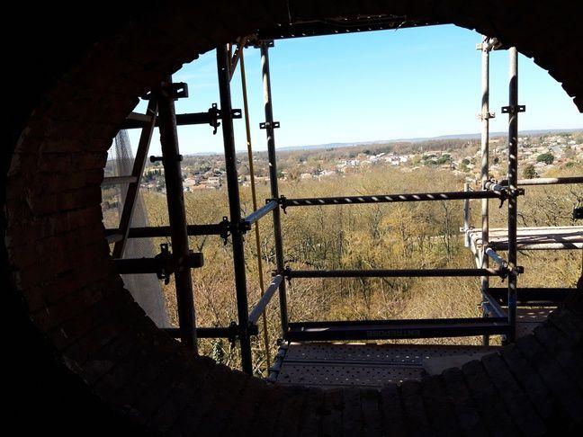 La vue depuis le sommet du château a quelque peu changé depuis l'époque de Raymond IV.