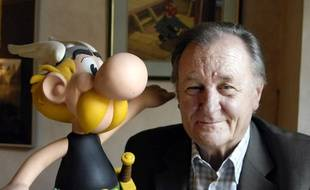 Albert Uderzo, en 2007, au côté d'une figurine d'Astérix.