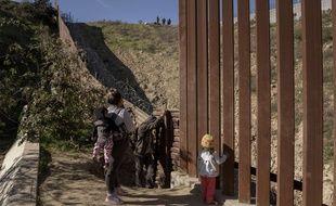 Les officiers de la patrouille frontalière, en haut, observent le groupe de migrants mexicains qui se préparent à franchir la barrière de la frontière.