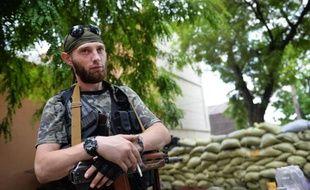 Un séparatiste prorusse garde une barricade à Marioupol, dans l'est de l'Ukraine, le 9 juin 2014