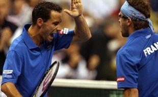 Les joeuurs français Michaël Llodra (à g.) et Arnaud Clément, lors d'un match en double de Coupe Davis, le 12 avril 2008.