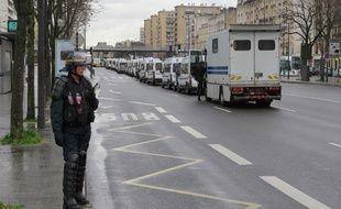 Des dizaines de fourgons de CRS arrivent cours de Vincennes