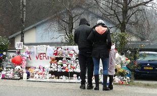 Pont-de-Beauvoisin, le 15 février 2018. Des anonymes viennent se recueillir devnat la salle des fêtes du village, où la Maëlys avait disparu fin août 2017.